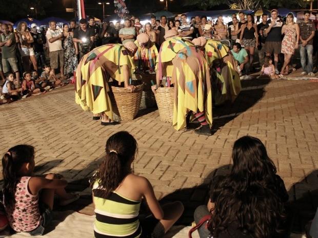Público assiste ao espetáculo 'Julieta de Bela Flor', na Praça Aluízio Ferreira (Foto: Flaviane Azambuja/G1)
