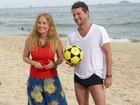 Angélica aprende truques de futevôlei com o ator Marcelo Serrado
