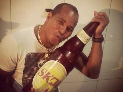 Aloísio Chulapa bebe cerveja (Foto: Reprodução)