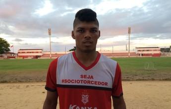 Lateral-direito Carlos Henrique volta ao time titular após dez meses de molho