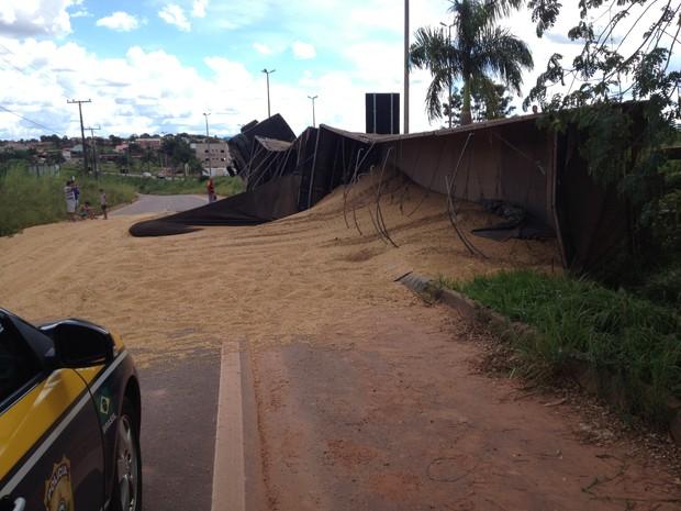 Soja ficou espalhada na pista da marginal da BR-364 (Foto: Rogério Aderbal/G1)