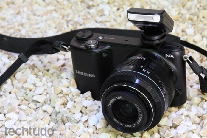 Apesar da lente, o corpo da Samsung NX2000 proporciona um bom manuseio (Foto: Luciana Maline/TechTudo)