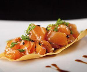 Tartar de salmão servido em toast de harumaki