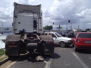 Caminhão derrubou parte da estrutura de proteção da obra do viaduto da Avenida Miguel Rosa em Teresina (Foto: Yara Pinho)