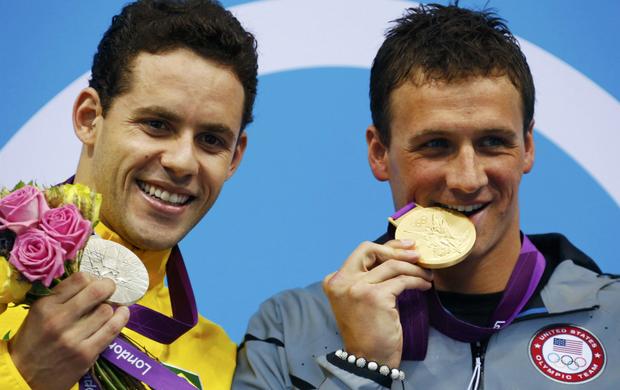 Após levar a prata, o brasileiro Thiago Pereira posa ao lado do americano Ryan Lochte, que morde o ouro dos 400m medley  (Foto: Reuters)