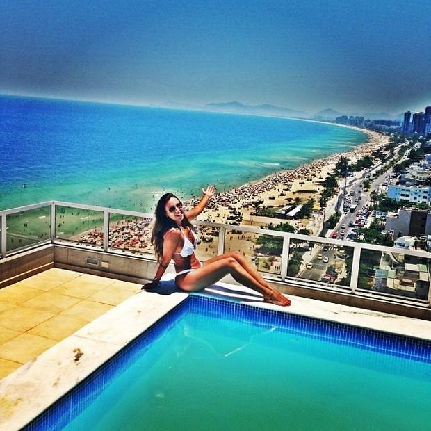 Angelis Borges posta foto com na piscina (Foto: Instagram / Reprodução)