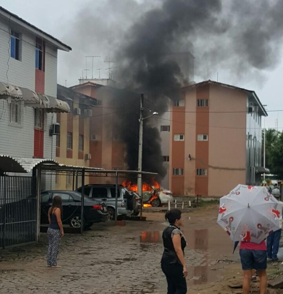 Carro foi encontrado queimado perto do local do crime  (Foto: Divulgação/PM)