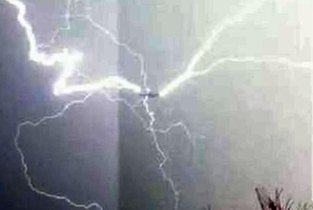 Detalhe da imagem com contraste aumentado mostra o avião atingido por um raio (Foto: TRACEY WHITE/ CATERS NEWS)