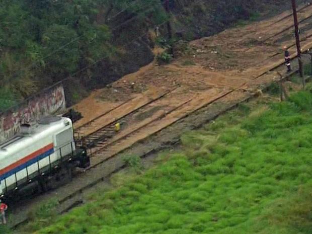 Circulação de trens é interrompida por causa de lama em trilhos da CPTM (Foto: Reprodução TV Globo)