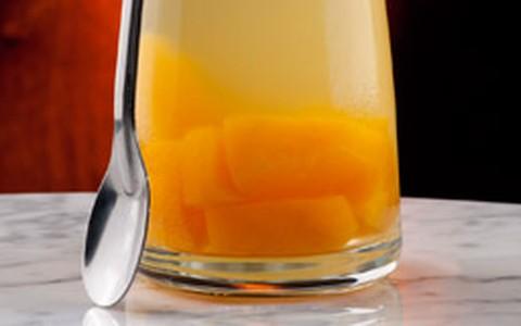 Drinque de vinho branco com vodca e lâminas de pêssego