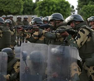 Forças do Exército do Egito cercam prédio onde o presidente Mohamed Morsi trabalha no Cairo (Foto: Hassan Ammar/AP)