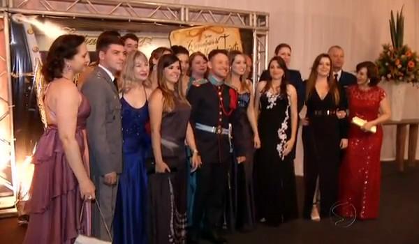 Famílias se reunem no baile para comemorar a grande vitória do cadete (Foto: Reprodução Rio Sul Revista)
