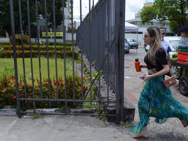 SÁBADO (8) - Aracaju (SE) -  Estudante corre minutos antes do portão de escola fechar e prova começar (Foto: Marina Fontenele/G1)