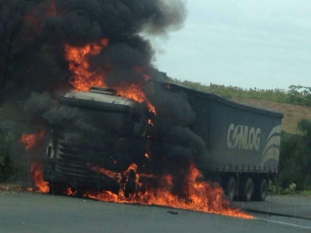 Fogo destruiu parte do caminhão na BR-470  (Foto: PRF/Divulgação)