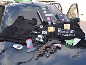 Armas, dinheiro e dinamites foram apreendidas (Foto: Walter Paparazzo/G1)