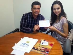 Miss Simpatia assina documento de filiação. (Foto: Equipe PRP/ Divulgação)