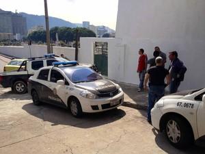 Operação da polícia em cemitérios no Rio (Foto: Cristiane Cardoso/G1)