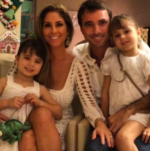 Patricia Maldonado, o marido Guilherme Arruda, e as filhas dos dois, Nina e Maitê (Foto: Reprodução/Instagram)