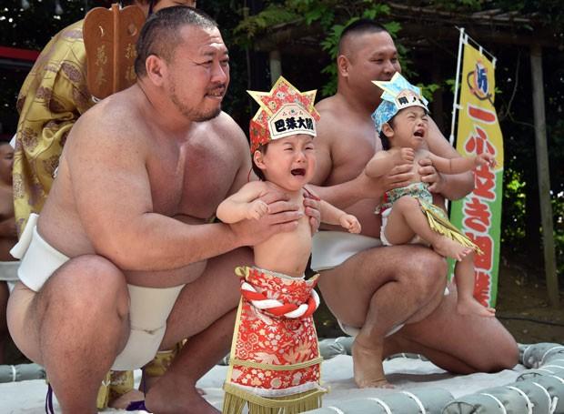 Segundo a tradição, o choro traz saúde e prosperidade para os bebês (Foto: Yoshikazu Tsuno/AFP)