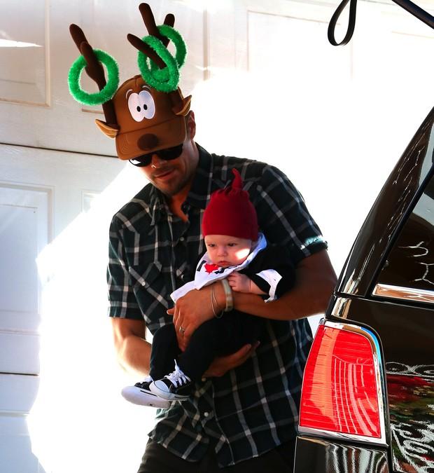 X17 - Josh Duhamel com o filho, Axl, na cidade de Pomona, na Califórnia, nos Estados Unidos (Foto: X17online/ Agência)