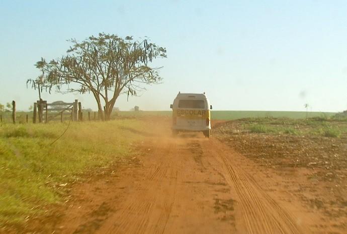 Os veículos passam levantando poeira na estrada! (Foto: Reprodução / TV TEM)
