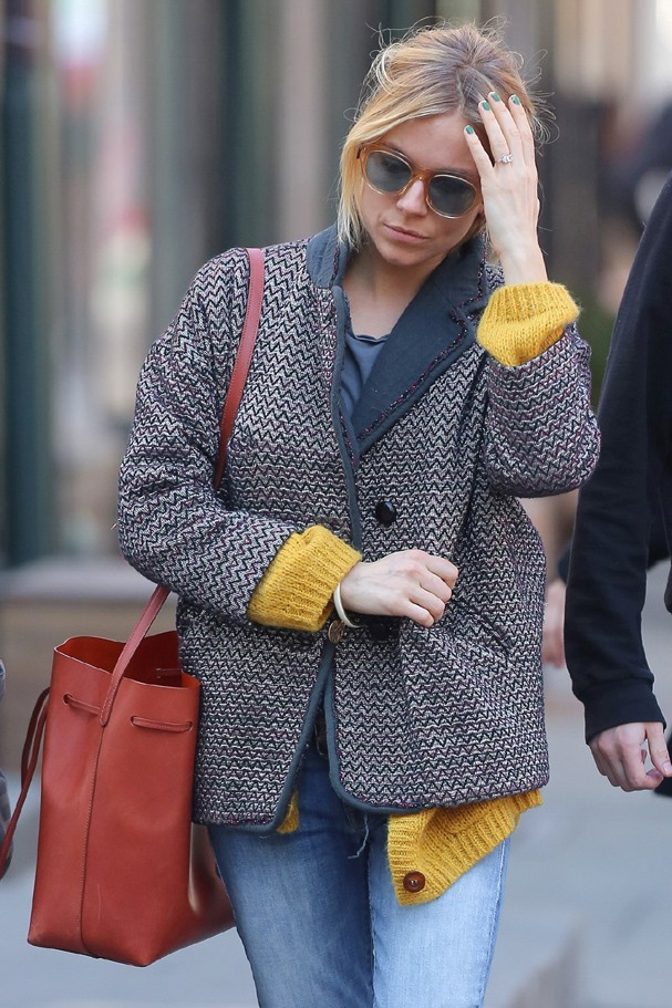 New York, CA - New York, NY - Sienna Miller and Tom Sturridge hit James Perse during a Monday afternoon shopping trip, the 'American Sniper' star wore a gray blouse with a yellow knit cardigan on top and a blazer, jeans and animal print shoes. AKM-GSI   (Foto: AKM-GSI)