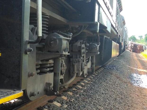 Uma das composições teve vazamento de óleo após o acidente (Foto: Kelvyn Vituriano Mamede)