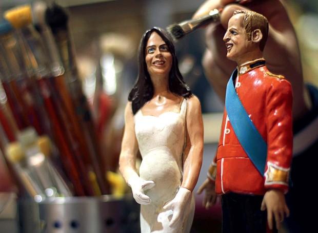 GRÁVIDOS Miniaturas de Kate  e William em loja  na Itália. O bebê real  já é um sucesso (Foto: Ciro De Luca/Reuters)