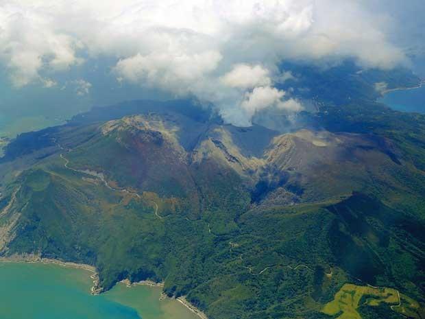 Monte Shindake emite fumaça e cinzas (Foto: Kyodo / via Reuters)