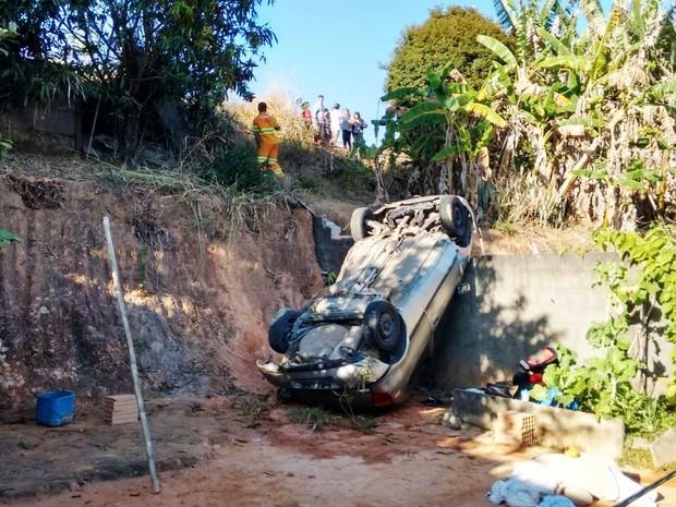 Veículo atingiu muro de casa e ficou virado com as rodas para cima (Foto: Wilson Elói/Acervo pessoal)