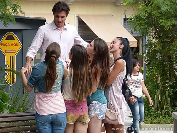 Martin, acuado pelas MICAS, tenta pensar em algo rápido para se livrar das meninas (Foto: Malhação / TV Globo)
