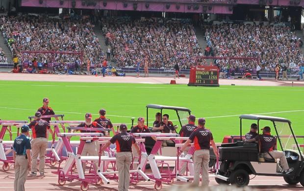 Voluntários na disputa de atletismo de Londres (Foto: Lydia Gismondi / Globoesporte.com)