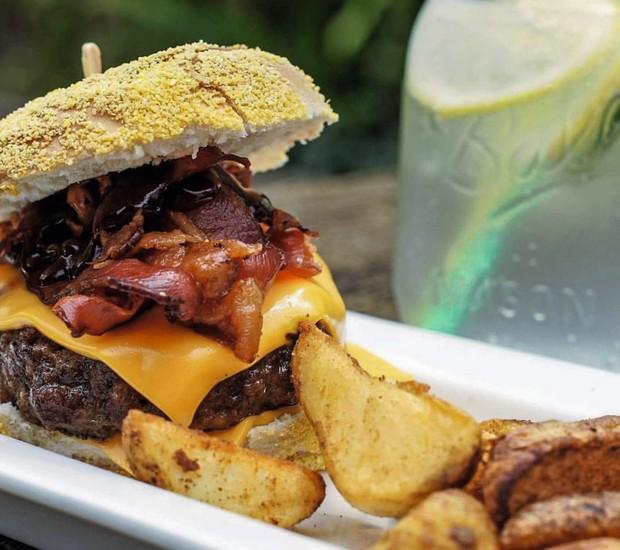 Bocadesanto, em Colonia del Sacramento, é reduto hipster moderninho que serve bons hambúrgueres e cervejas artesanais (Foto: Divulgação)