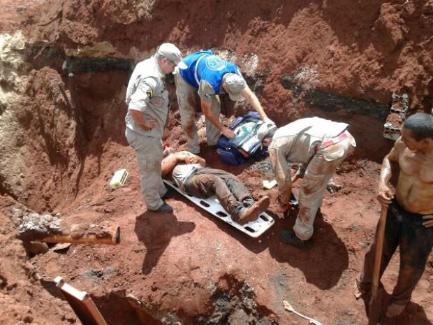 Corpo de Bombeiros ainda não sabe o que motivou o soterramento (Foto: Divulgação/Diego Mendonça/Noticia.com)