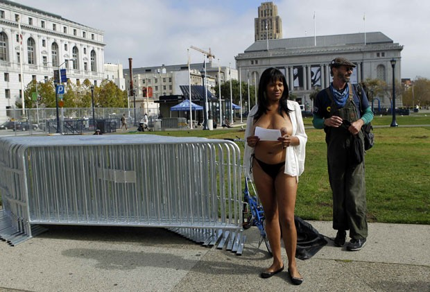 Mulher fez topless durante o protesto. (Foto: Robert Galbraith/Reuters)