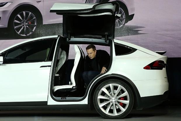 Musk apresenta o crossover de SUV e sedã da Tesla (Foto: Justin Sullivan/Getty Images)