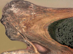 Vista aérea da represa de Atibainha, parte do Sistema Cantareira, com margens bastante expostas devido à seca no estado de São Paulo (Foto: Nacho Doce/Reuters)