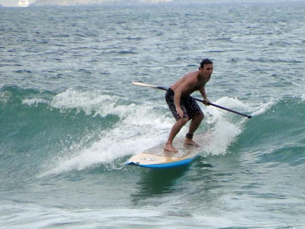 Kleber mostra que, além de excelente advogado, também manda bem no surfe (Foto: Amor Eterno Amor / TV Globo)