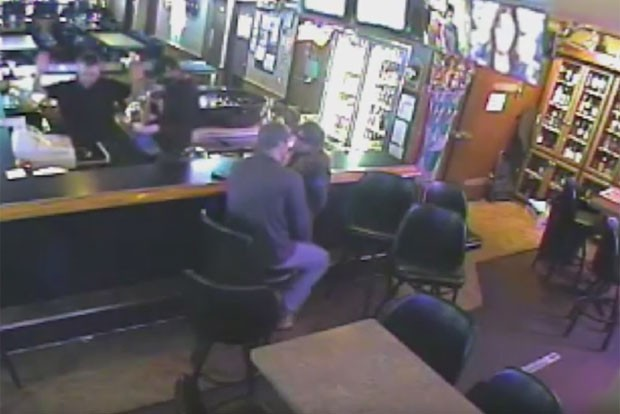 Casal se beijou em bar e nem percebeu que local era assaltado nos EUA (Foto: Reprodução/YouTube/Billings Gazette)