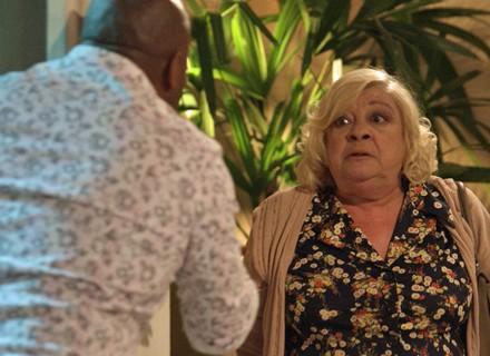 Florisval é surpreendido por atriz loira que aparece em sua casa para se passar por sua mãe