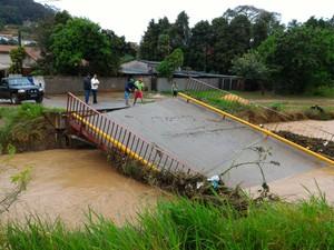 Ponte caiu após chuvas em São Roque (Foto: Arquivo pessoal)