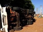 Carreta com carga de frango tomba em Bariri e passageiro fica ferido