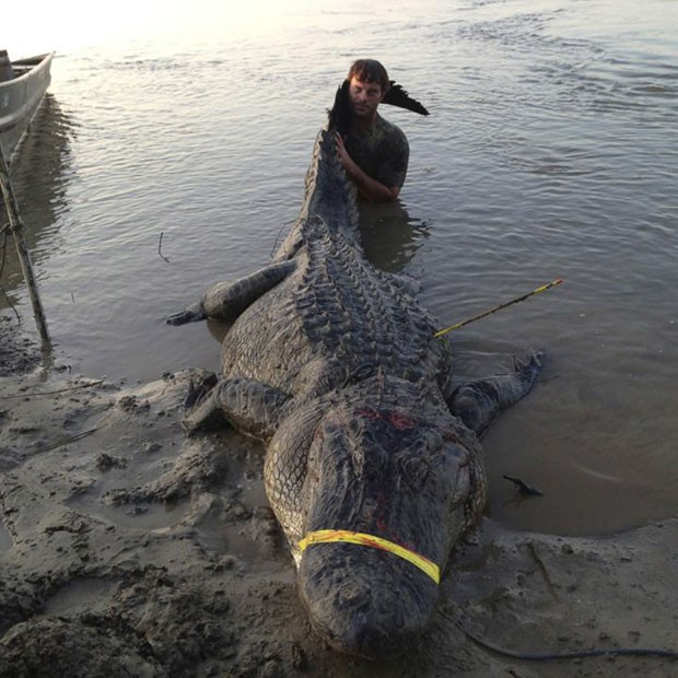 Dustin Bockman, de 27 anos de idade, e sua tripulação avistaram a criatura gigantesca no rio Mississippi no último domingo (Foto: Ryan Bockman/Reuters)
