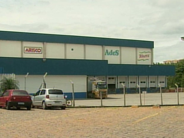 Vigilância Sanitária fiscaliza linha de produção da Ades em Pouso Alegre (Foto: Reprodução EPTV)