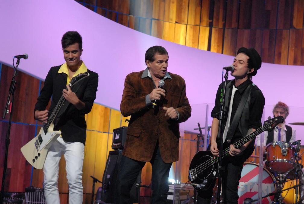 Jerry Adriani e Restart se apresentam no 'Som Brasil' que homenageia a Jovem Guarda em 24/04/2012 (Foto: TV Globo/Matheus Cabral)