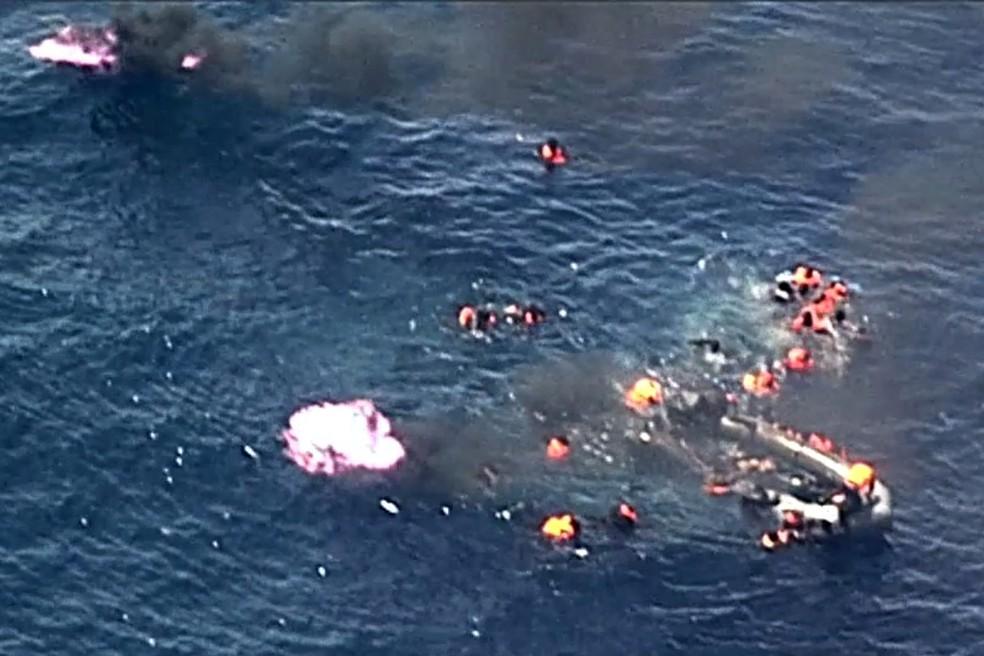 Migrantes são resgatados no Mar Mediterrâneo após embarcação pegar fogo (Foto: Handout / Forca Aerea Portuguesa / AFP)