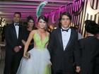 Paula Fernandes vai a baile de carnaval com vestido superdecotado