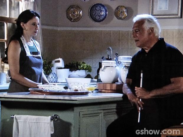 Rebeca começa a perceber coisas estranhas na casa de César... (Foto: Amor à Vida / TV Globo)