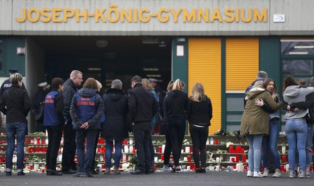Pessoas são vistas em frente ao colégio alemão onde estudavam 16 estudantes que estavam no avião que caiu nos alpes franceses (Foto: Ina Fassbender/Reuters)