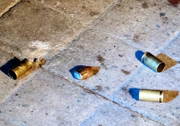 Projéteis ficaram pelo chão em calçada de avenida de Santos, SP (Foto: Lincoln Chaves/G1)